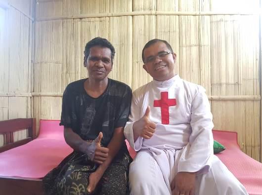 """Rektor Seminari Tinggi Santo Kamilus Pastor Cyrelus Suparman Andi MI bergambar bersama seorang pasien ODGJ dirumah """"manusiawi"""" yang bebas pasung"""