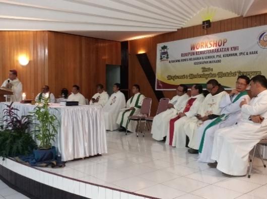 Uskup Manado Mgr Rolly MSC dalam homili Misa Pembukaan Lokakarya Rukun Kemasyarakatan KWI (PEN@ Katolik/ferka)