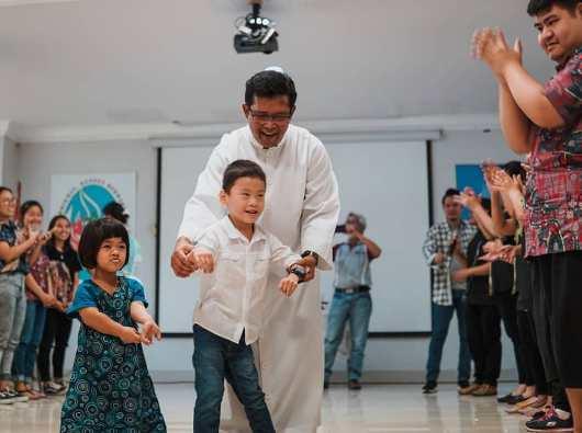 Pastor Yohanes Hadi Suryono Pr bersama umat berkebutuhan khusus (Instagram OMK Santo Laurensius)