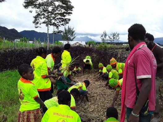 Remaja misioner menanam bibit yang sudah diberkati (PEN@ Katolik/stl)