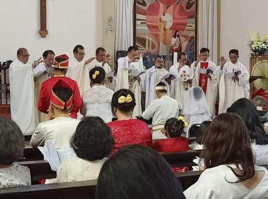 Pemberkatan oleh sembilan imam. (Foto diambil dari FB Joudy Aray
