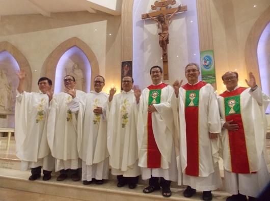 Enam imam projo KAJ bergambar bersama Uskup Agung Jakarta Mgr Ignatius Suharyo (tengah) (PEN@ Katolik/krm)