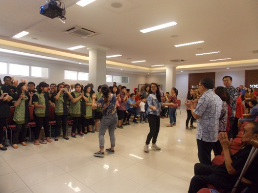 Bergembira bersama Komunitas Cacat Laetitia dan umat berkebutuhan khusus Paroki Alam Sutera Tangerang (PEN@ Katolik/krm)