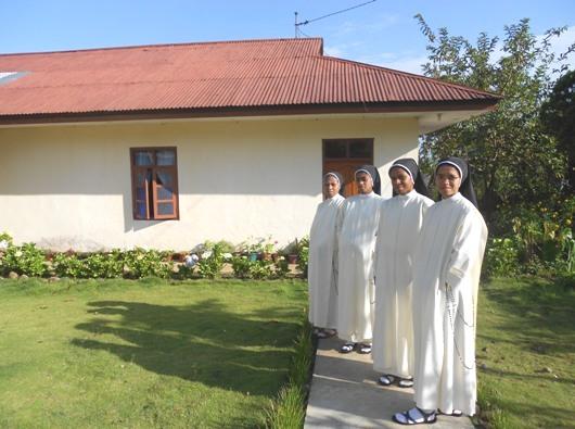 Empat yunior Suster-Suster Dominikan Rosario Suci dari Asti di Indonesia