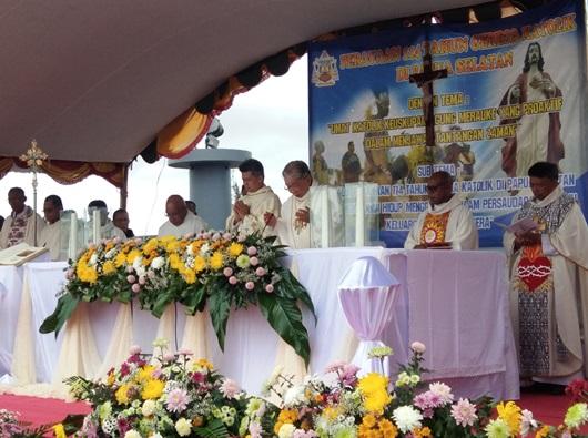 Misa Perayaan 114 tahun Gereja Katolik di Papua Selatan dipimpin Mgr Canis Mandagi MSC dan didampingi Mgr Antonius Subianto Bunjamin OSC (PEN@ Katolik/ym)