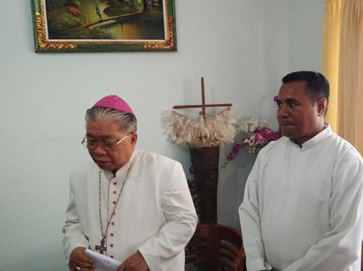 Administrator Apostolik Keuskupan Agung Merauke (KAME) Mgr Petrus Canisius Mandagi MSC, yang didampingi Direktur Sekretariat Keadilan dan Perdamaian KAME Pastor Anselmus Amo MSC (PEN@ Katolik/ym)