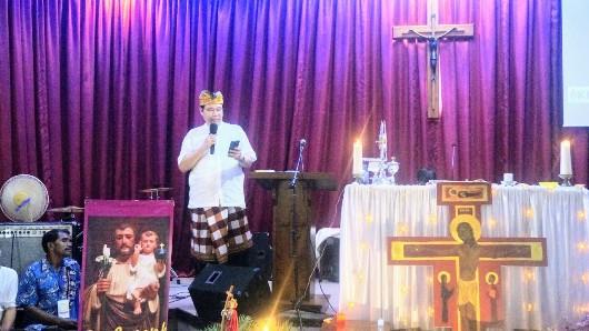 Ketua Komunitas Pria Katolik (KPK) Santa Helena Curug Tangerang Andi Janto Singgih membacakan kisah Elisabeth Sutedja