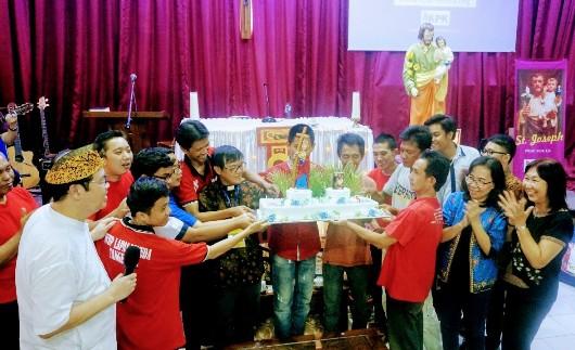 Kue HUT KPK Santa Helena bersama warga binaan, kepala paroki, ketua KPK Santa Helena dan anggota serta relawan