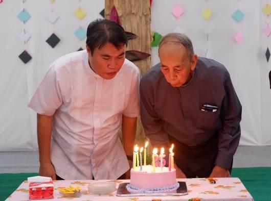 Provinsial Kapusin Pontianak Pastor Hermanus Mayong OFMCap bersama Uskup Agung Emeritus Keuskupan Agung Pontianak Mgr Hieronymus Bumbun meniup lilin ulang tahun. (PEN@ Katolik/sms