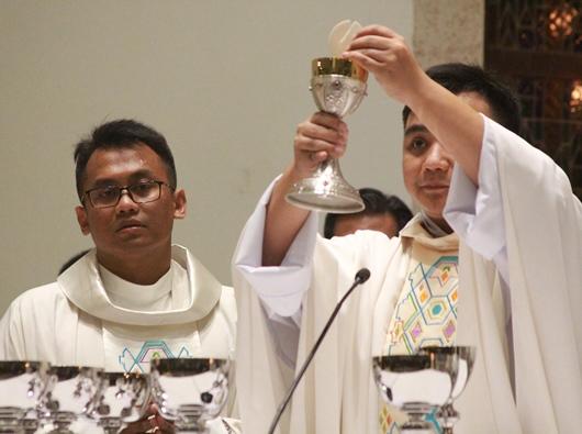 Misa Perdana Pastor Valentinus Bayuhadi Ruseno OP (kanan) dengan 22 konselebran termasuk Pastor Andre OP (kiri), yang ditahbiskan bersama Pastor Bayu (PEN@ Katolik/pcp)
