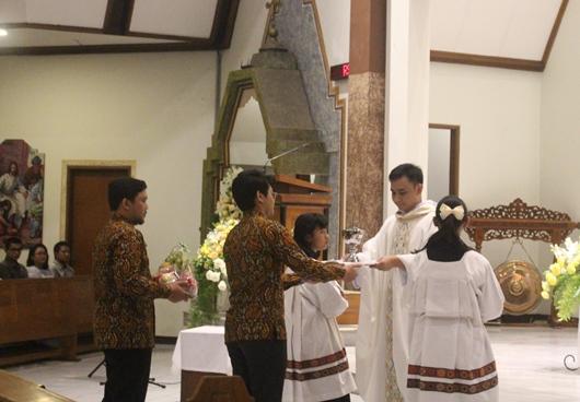 Pastor Bayu menerima persembahan dari kedua adiknya