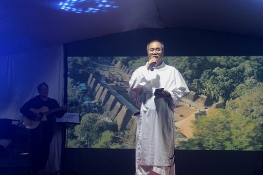 Pastor Johanes Robini OP menghibur semua undangan dalam Ramah Tamah sesudah Misa Perdana saudaranya dengan lagu 'Sampul Surat' khusus untuk Pastor Bayu OP (PEN@ Katolik/pcp)
