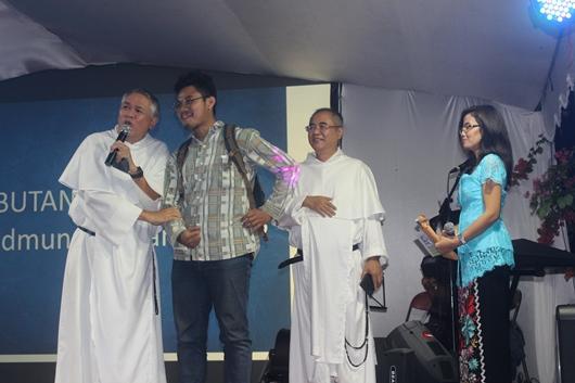 Pastor Nantes memperkenalkan Kevin, calon baru untuk Ordo Dominikan dari Paroki Odilia Bandung, yang didapatkan dalam saat tahbisan Pastor Bayu (PEN@ Katolik/pcp)