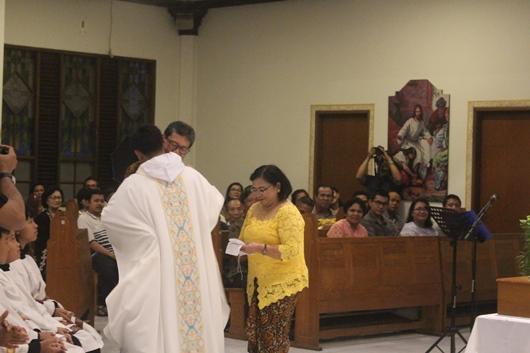Setelah menyerahkan manutergium kepada ibunya, Pastor Bayu memeluk ibu dan bapanya (PEN@ Katolik/pcp)