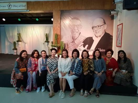 Peserta dari Indonesia dengan latar belakang gambar Pastor Somar dan Mgr O'Brien