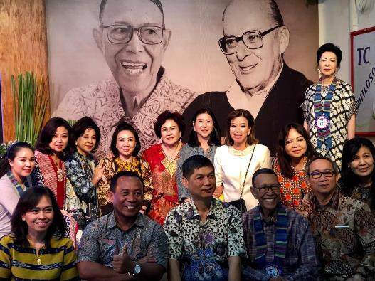 Pastor Somar bergambar bersama donatur dari Indonesia dengan gambar latar belakang: Pastor Somar dan Mgr William O'Brien