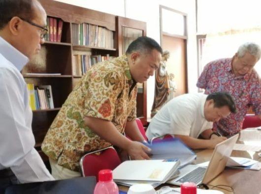 Penandatangan berita acara kiri ke kanan): Pastor Sipri Hormat, Pastor Kamilus Pantus, Pastor Steven Lalu, dan Mgr Hilarion Datus Lega. (Foto R Wulandari)