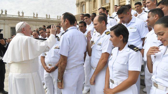 Paus Fransiskus menyapa sekelompok saat audiensi umum 28 Agustus (Vatican Media)