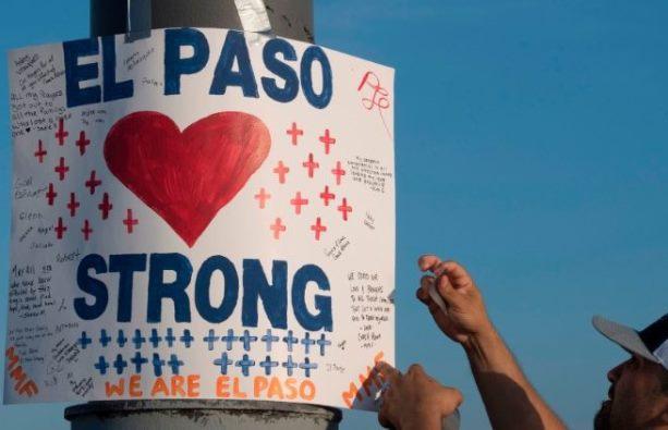 Seorang pelatih di El Paso, Texas, menggantung tanda di peringatan darurat (AFP)