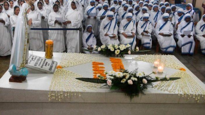 HUT ke-109 Ibu Teresa dirayakan di makamnya di Kolkata, India, 26 Agustus 2019. (AFP)