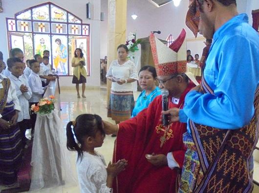 Uskup Maumere Mgr Edwaldus Martinus Sedu menerimakan  Sakramen Krisma (PEN@ Katolik/yf)