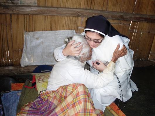 Seorang Suster Dominikan Rosario Suci dari Asti membagi komuni orang sakit (Ist)