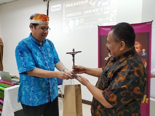 Ketua KPK Santa Helena Andy Janto Singgih (kiri) menyerahkan kenang-kenangan kepada Paul C Pati (PEN@ Katolik/soni)