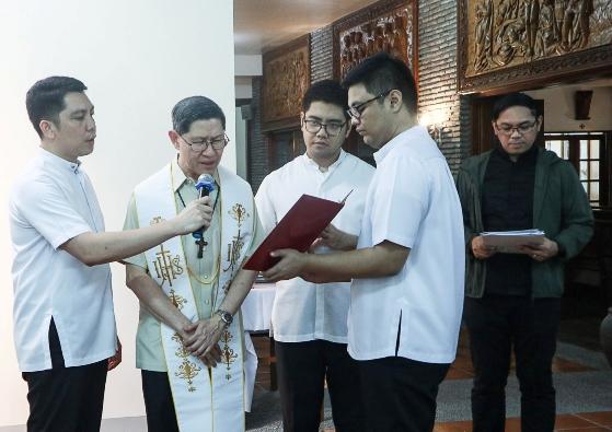 Kardinal Luis Antonio Tagle memimpin peresmian fasilitas tenaga surya di Seminari Tinggi Para Rasul Suci di Kota Makati. PHOTO RCAM AOC