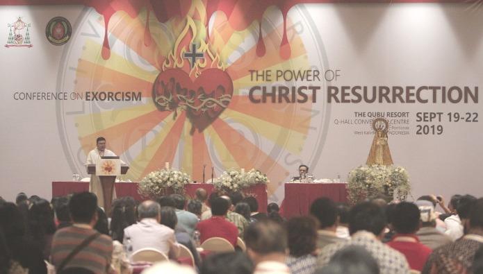 Narasumber utama Pastor Winston Fernandez Cabading OP berbicara dalam Konferensi Eksorsisme di Pontianak (PEN@ Katolik/samuel