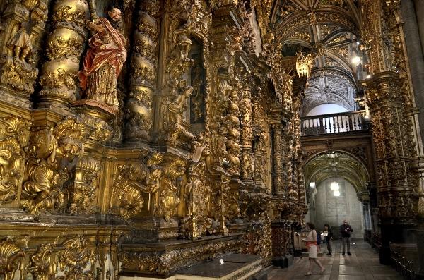 Pasukan Napoleon yang menyerbu kota Porto abad ke-19 bebas membersihkan bagian dari ukiran emas dari gereja itu