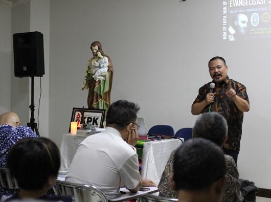 Paul C Pati berbicara di depan anggota  Komunitas Pria Katolik Santa Helena, Curug, Tangerang  (PEN@ Katolik/soni)