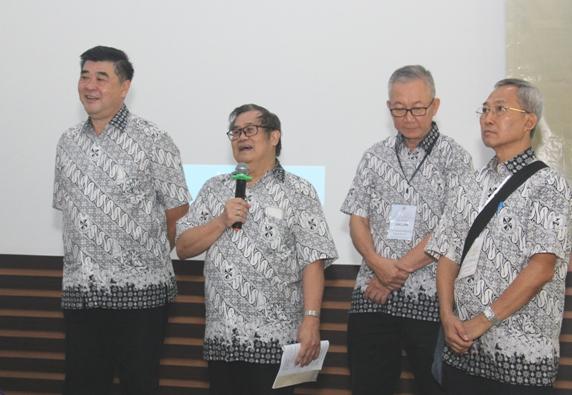 Koordinator Persaudaraan Dominikan Awam Indonesia yang dipimopin Theo Admadi OP (kedua dari kiri) bersama wakil, sekretaris dan bendahara yang berakhir masa tugasnya di akhir Retret Nasional Ketiga PDA (PEN@ Katolik/soni)