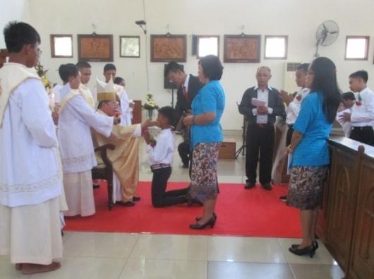 Mgr Rolly memberikan Sakramen Penguatan untuk 180 umat Paroki  Luwuk dan sekitarnya (PEN@ Katolik/A Ferka)