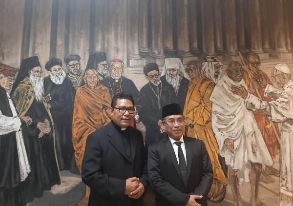 KH Yahya Cholil Staquf  dan  Pimpinan Desk Islam Asia dari Dewan Kepausan untuk Dialog Antar umat Beragama Pastor Markus Solo SVD