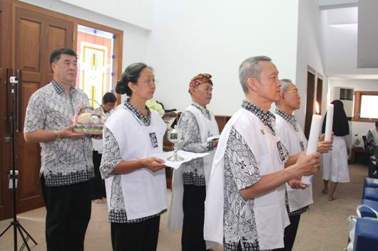 Para presiden chapter dan ketua regio membawa persembahan (PEN@ Katolik/soni)