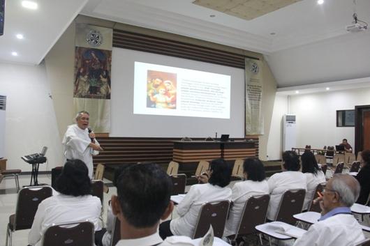 Pastor Nantes memberikan presentasi tentang komunitas