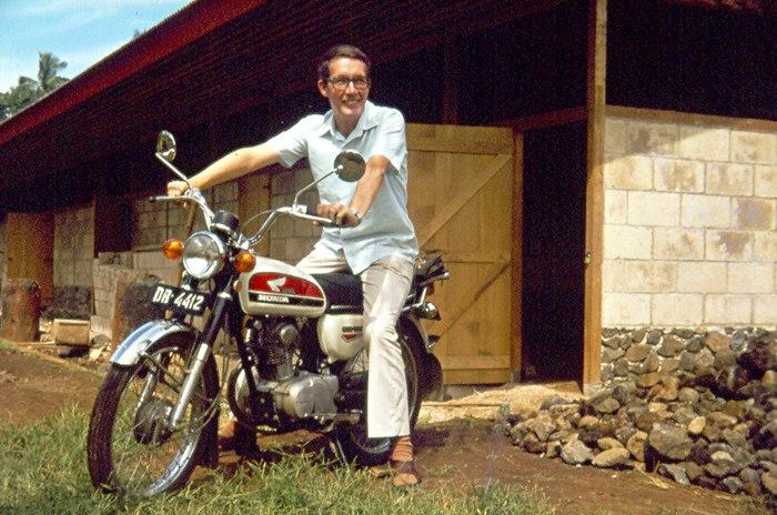 Pastor Smit ketika masih berpastoral dengan sepeda motor yang dikenang para siswa seminari (Ist)