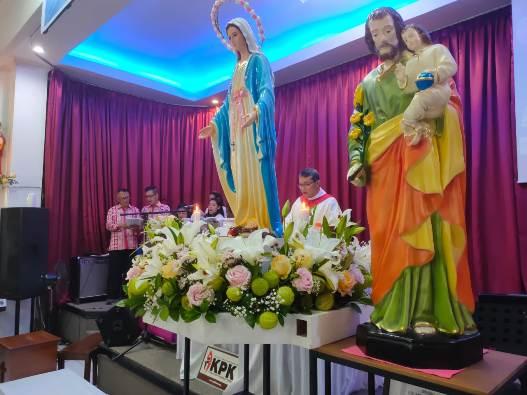 Patung Bunda Maria ditempatkan di samping patung Santo Yoseph (PEN@ Katolik/Andi Janto Singgih)