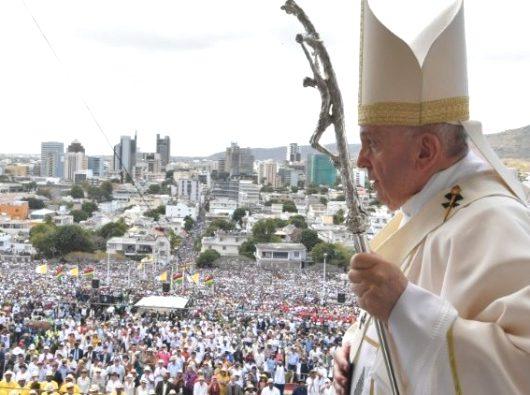 Saat Misa di maritius, Paus Fransiskus membawa tongkat salib yang sama yang dibawa pendahulunya 30 tahun lalu di negara kepulauan itu