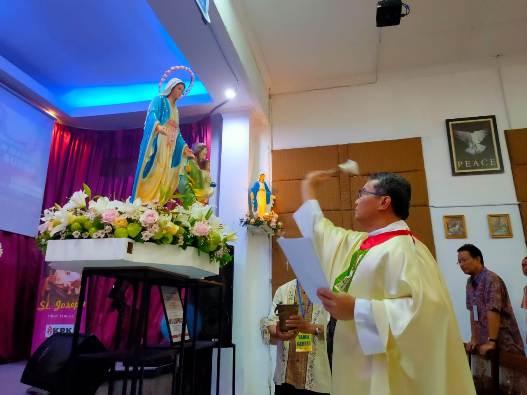 Vikep KAJ memberkati patung Bunda Maria (PEN@ Katolik/Andi Janto Singgih)