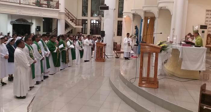 Mgr Rolly mengutus panitia perayaan 100 tahun MSC di Sulawesi. (PEN@ Katolik/a. ferka)