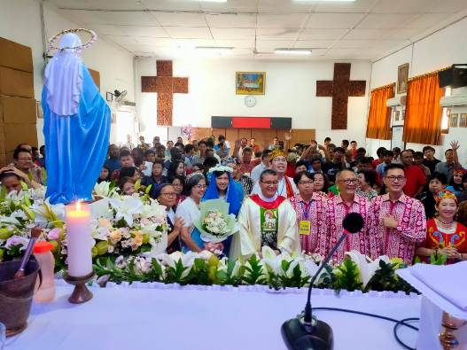 Peserta Misa bergambar bersama di depan patung Bunda Maria (PEN@ Katolik/Andi Janto Singgih)