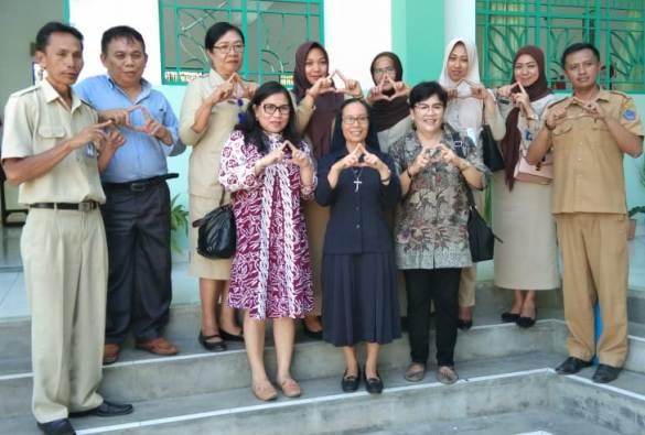 Foto bersama pihak sekolah dengan tim penilai dari Biro Kesejahteraan Rakyat Daerah Provinsi Sulawesi Utara, Biro Kesra Kotamobagu, dan Dinas Kesehatan Kotamobagu (PEN@ Katolik/ampcp)