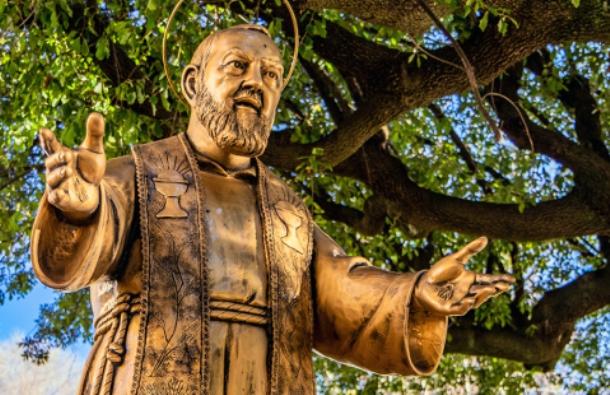 Patung Padre Pio (Ragemax | Shutterstock)