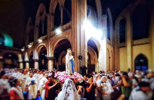 Perarakan Pembukaan Bulan Misi Luar Biasa di KAJ memasuki katedral untuk Misa. Foto Hartanto Tan