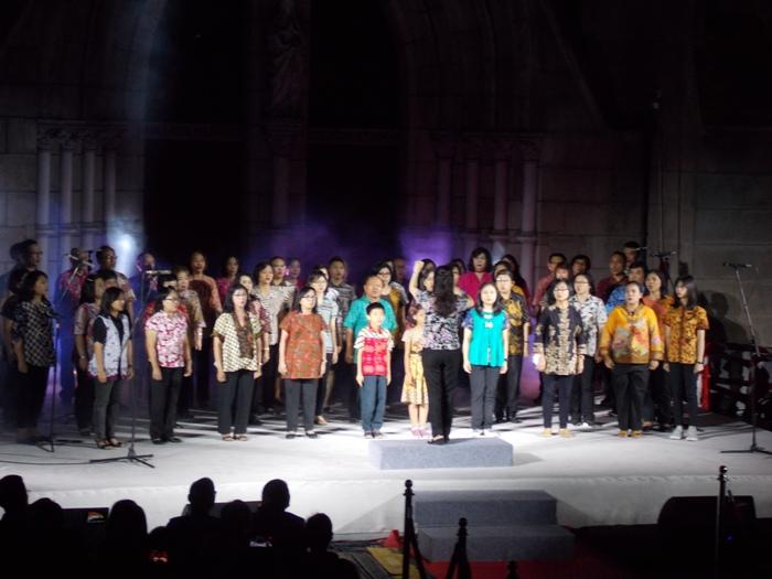 Kelompok paduan suara membawakan lagu perjuangan (PEN@ Katolik/km)