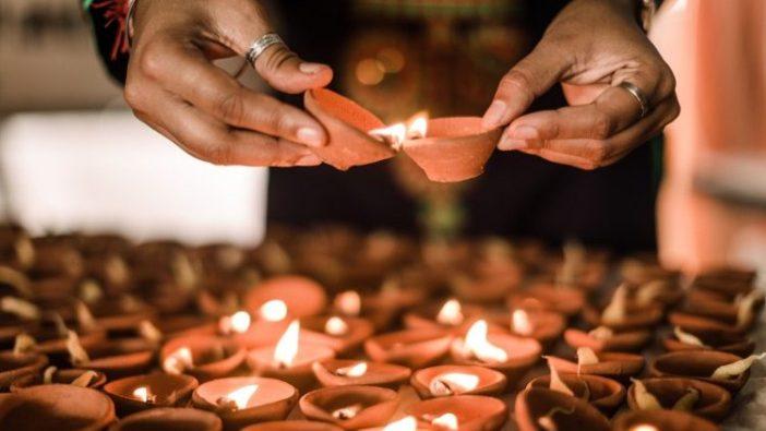 Lampu minyak dari tanah liat digunakan untuk menandai Diwali, Pesta Cahaya Hindu. (AFP)
