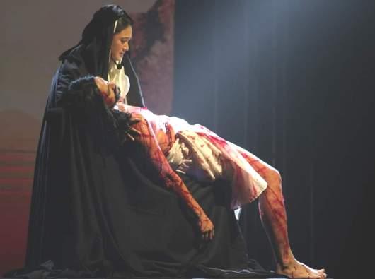 """Drama Musikal Maria """"Aku sungguh mencintai-Nya."""" Maria memangku janazah Yesus (PEN@ Katolik/lat)"""