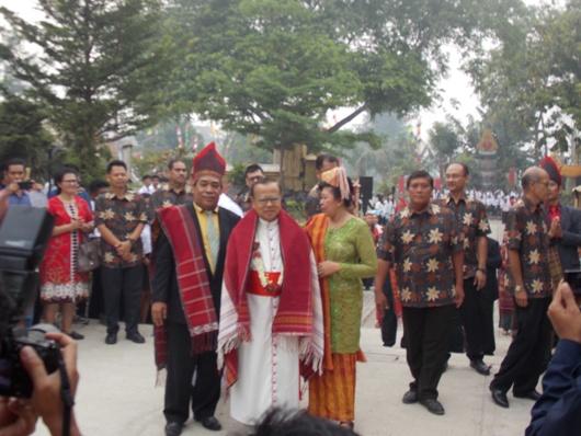 Kardinal Suharyo  diterima secara adat Batak sebagai tanda syukur terpilih menjadi kardinal  (PEN@ Katolik/krm)