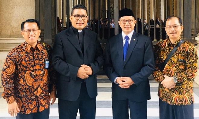Pastor Markus Solo SVD bergambar bersama Menteri Agama RI. Ist